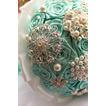 Plein de perle de diamant bricolage main tenant des fleurs avec bouquet de fleurs ruban pour la mariée.
