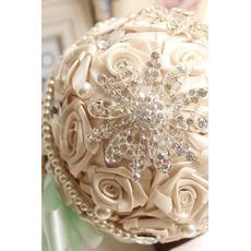 Diamant perle à la main créative mariée tenant la fleur
