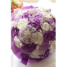 Bricolage mariée détient des fleurs rubans de thème de mariage rose perles rubans mains tenir des fleurs